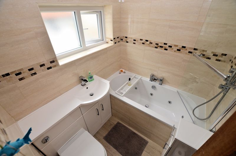 4 bed house for sale in Warwick Road 9