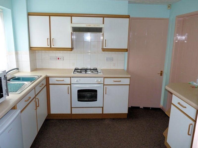 3 bed house to rent in Honeysuckle Close 2