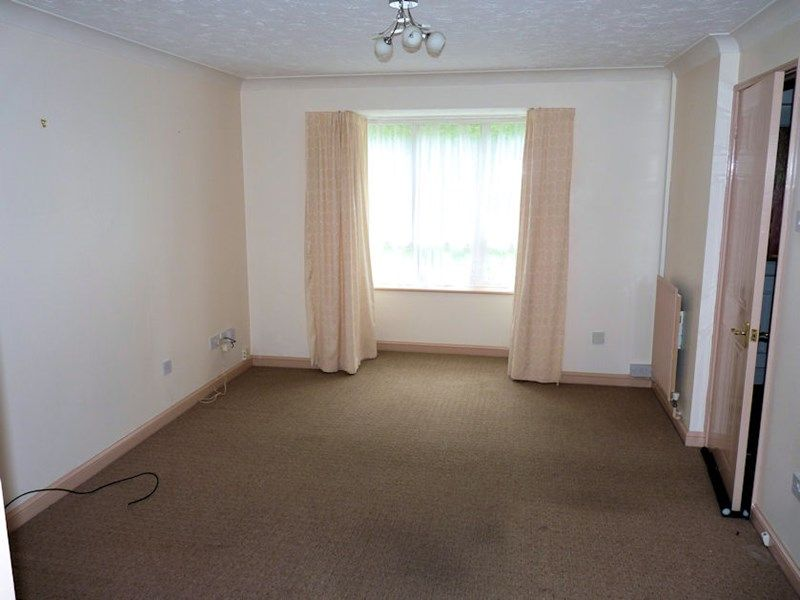 3 bed house to rent in Honeysuckle Close 3