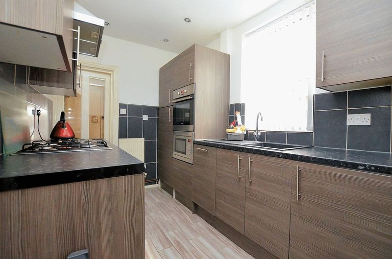 2 bed house for sale in Swindon Road 10