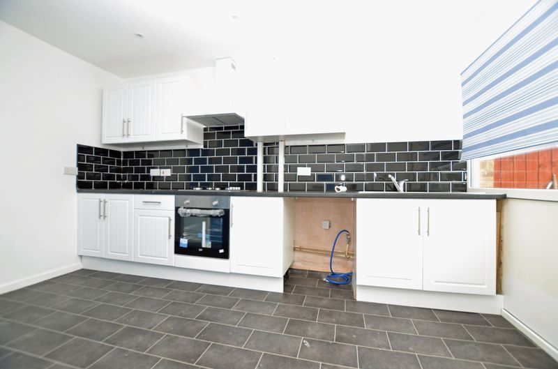 3 bed house to rent in Merritts Hill 2