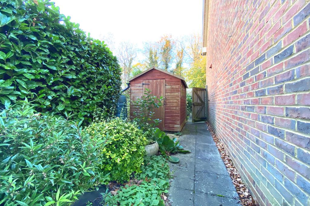 2 bed end of terrace for sale in East Horsley 12