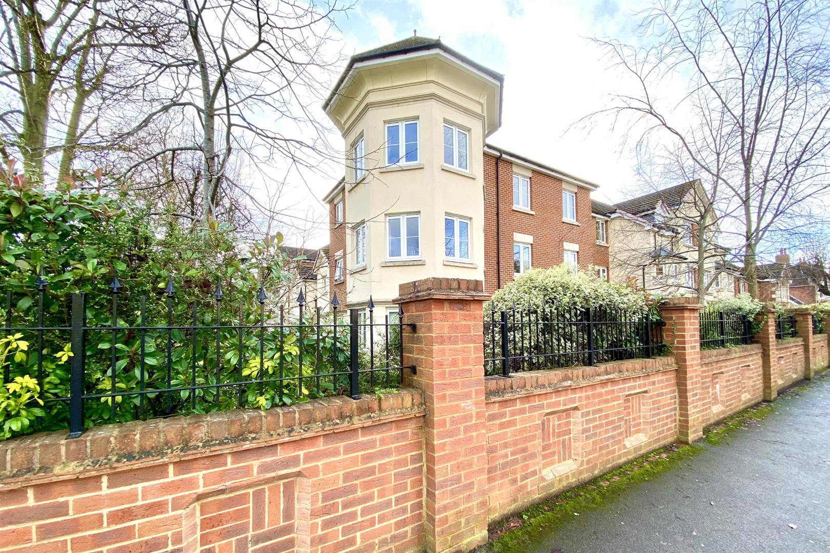 1 bed retirement property for sale, RG2