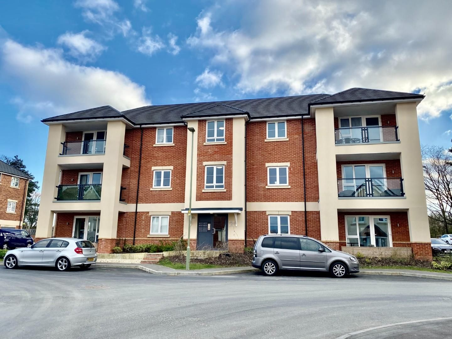 2 bed apartment for sale in Blackwater, GU17
