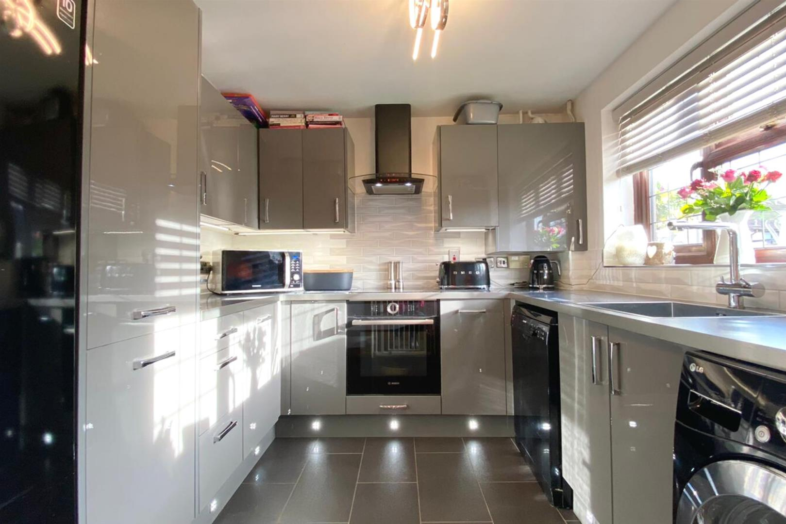 4 bed link detached house to rent in Lower Earley 2