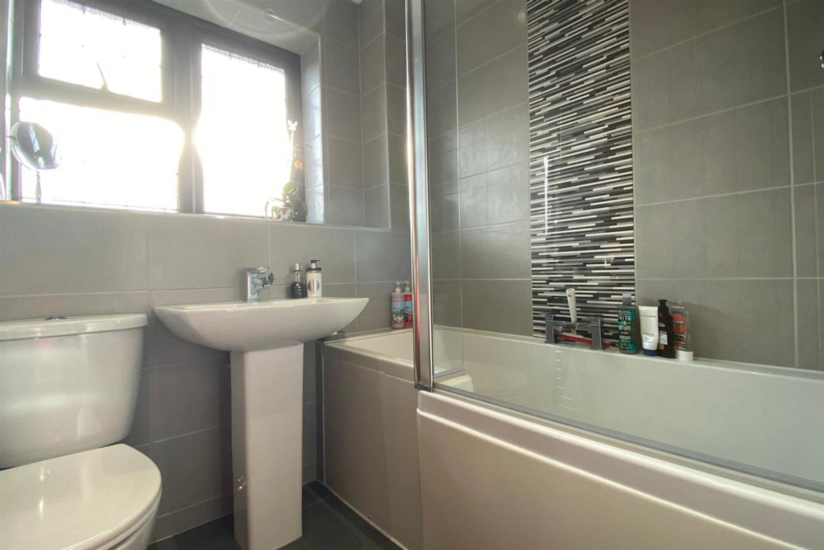 4 bed link detached house to rent in Lower Earley 4