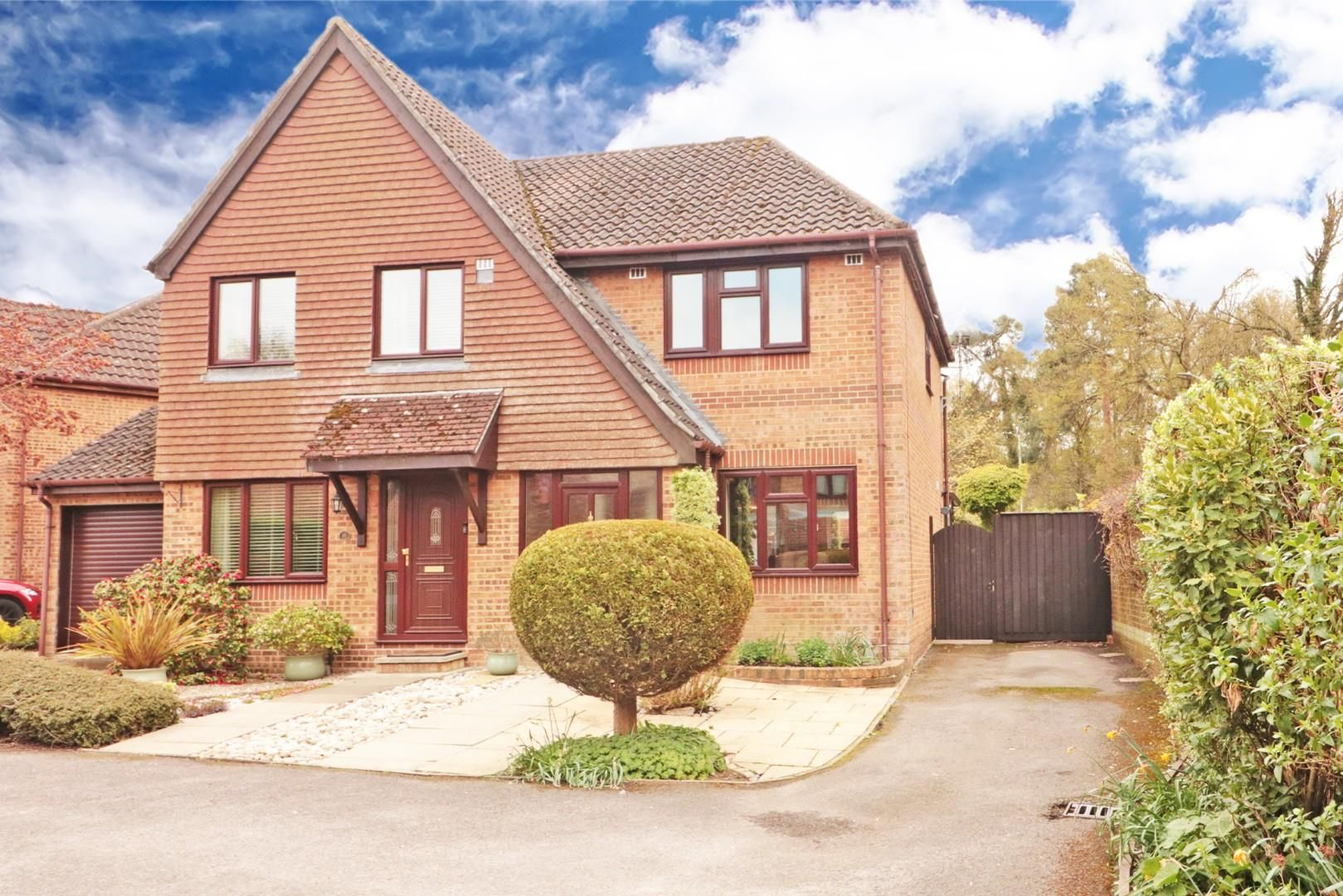 3 bed semi-detached for sale, RG12