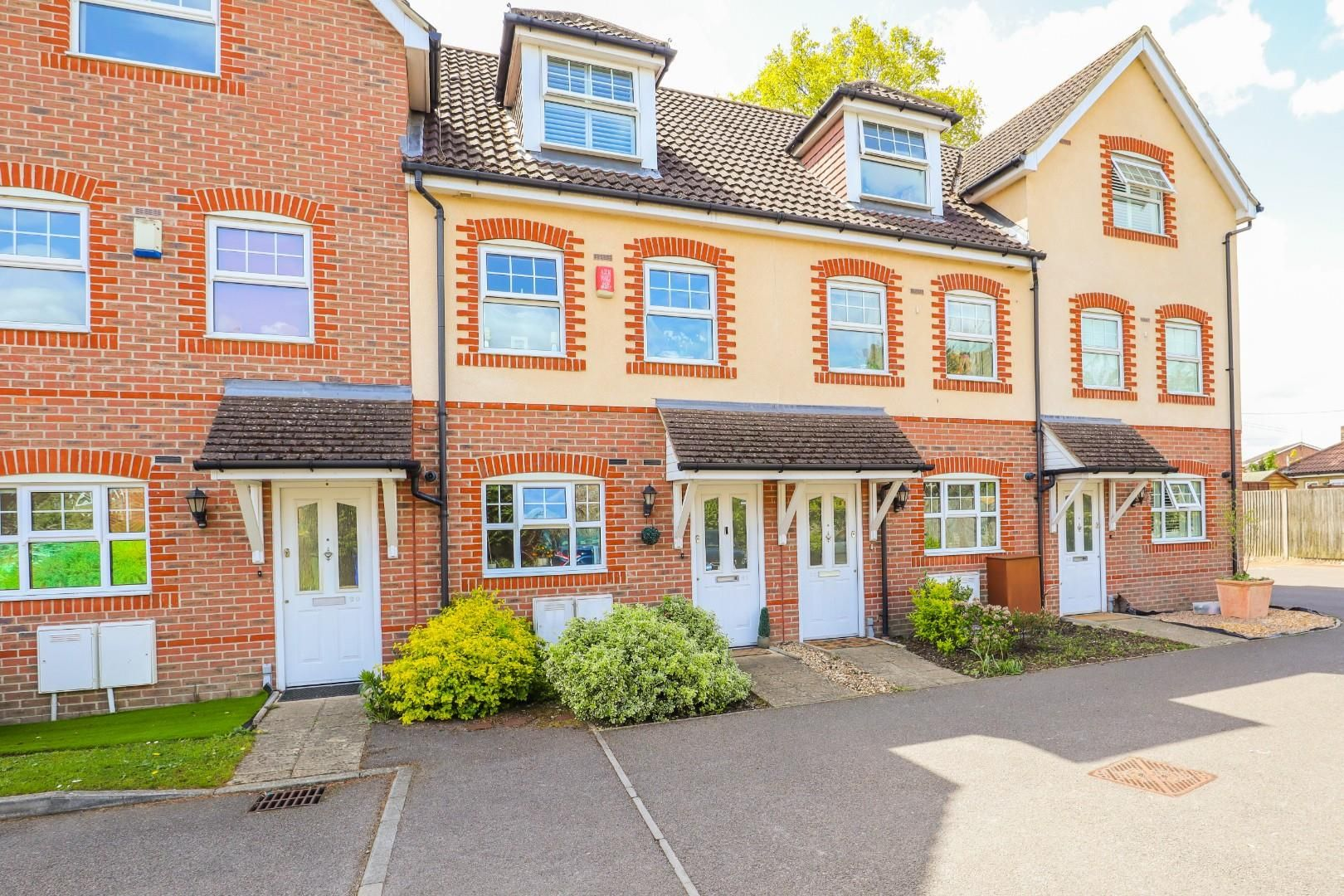 3 bed town house for sale, GU14