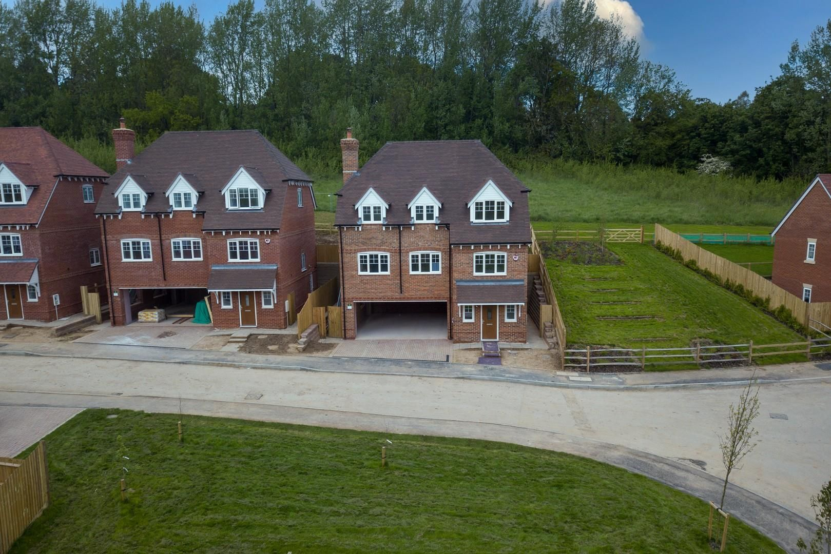 4 bed house for sale in Woolhampton 1
