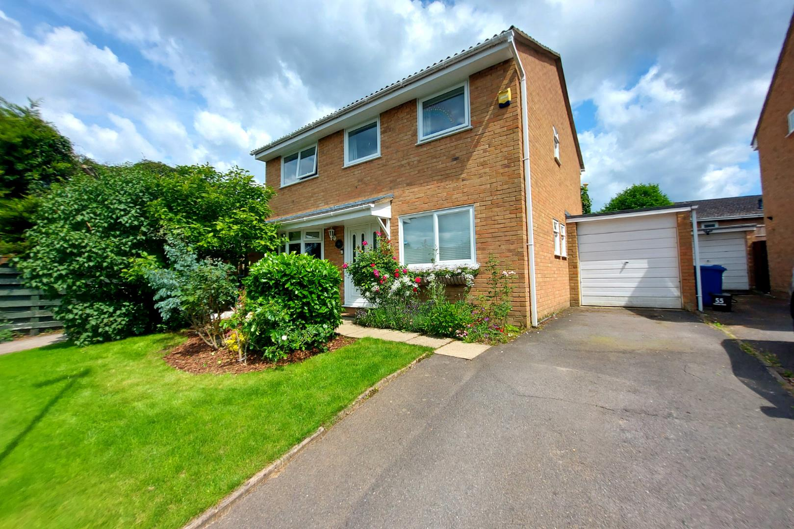 4 bed house for sale in Owlsmoor 1